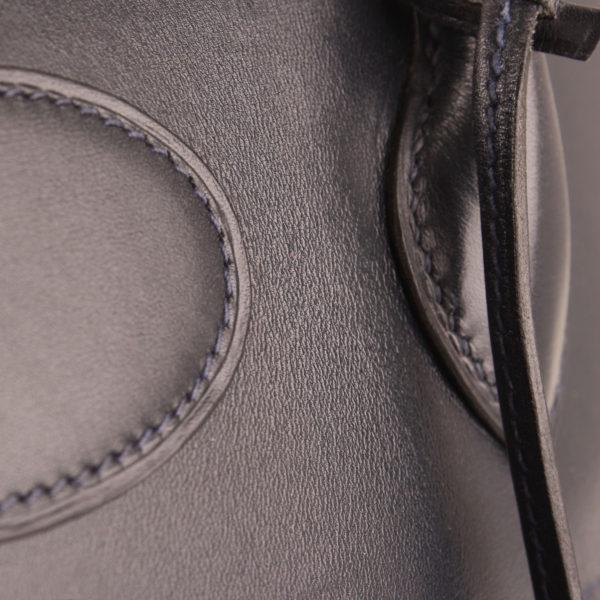 Imagen de detalle del bolso hermes bolide azul