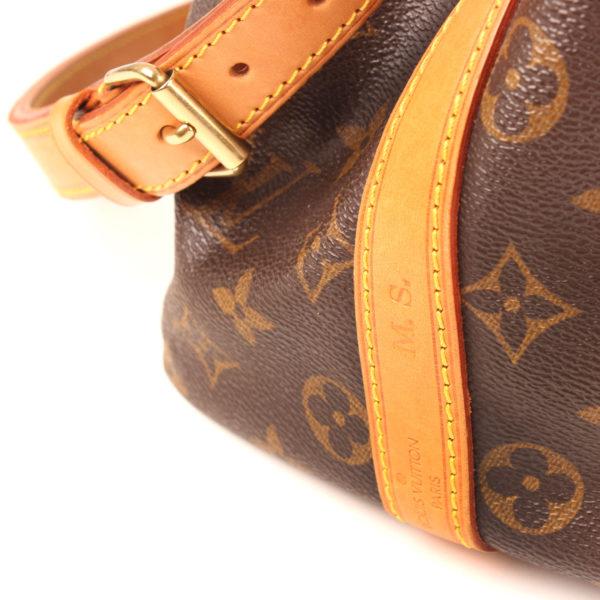Imagen de las iniciales del bolso louis vuitton noe monogram