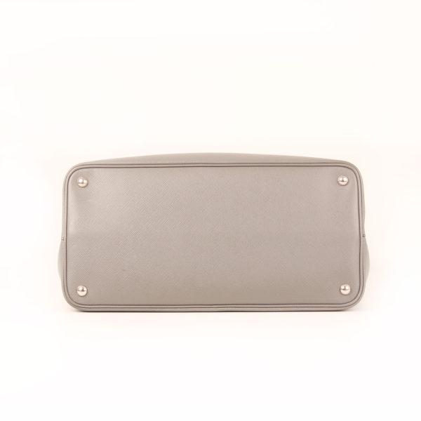 Imagen de la base del bolso prada saffiano gris