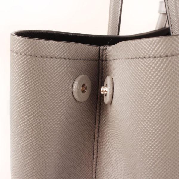 Imagen lateral del bolso prada saffiano gris