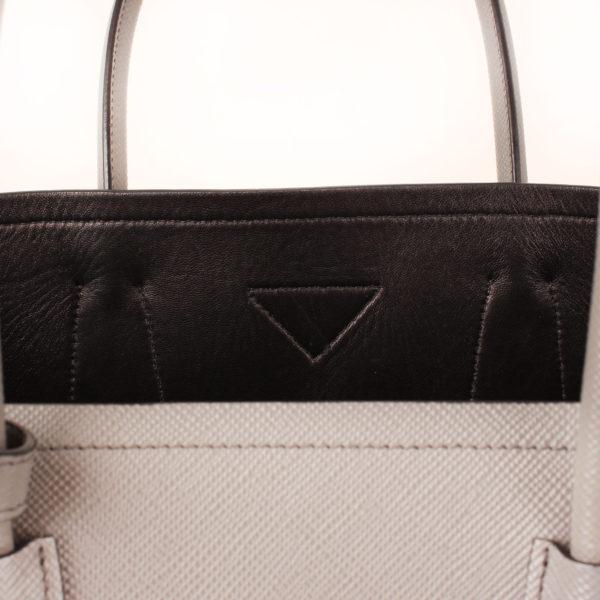 Imagen del detalle trasera del bolso prada saffiano gris