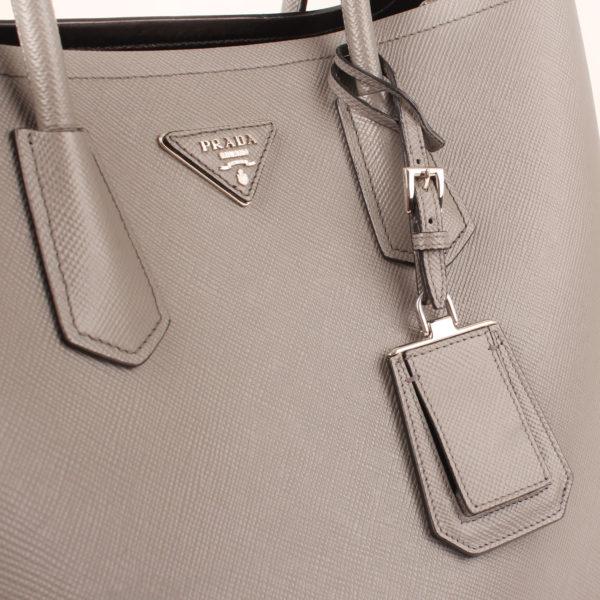 Imagen de la etiqueta del bolso prada saffiano gris