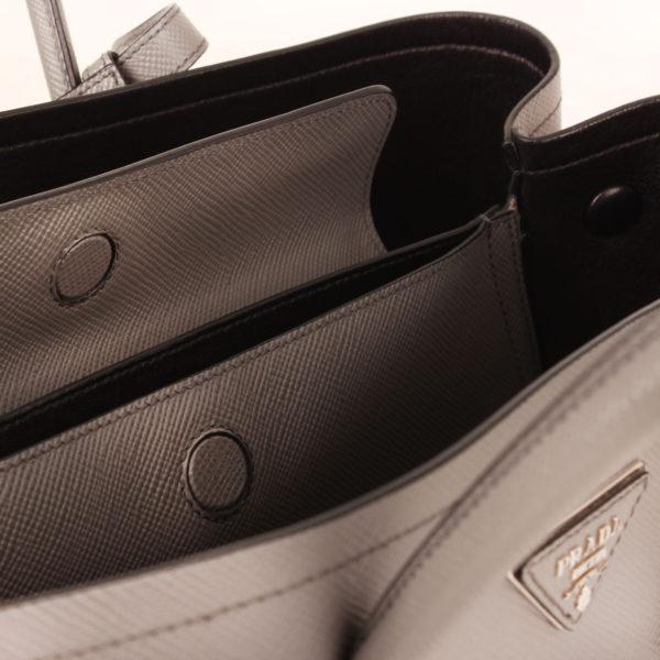 Imagen del detalle del interior del bolso prada saffiano gris detalle interior