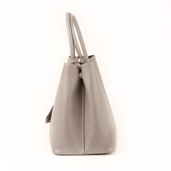 Imagen del lado 2 del bolso prada saffiano gris