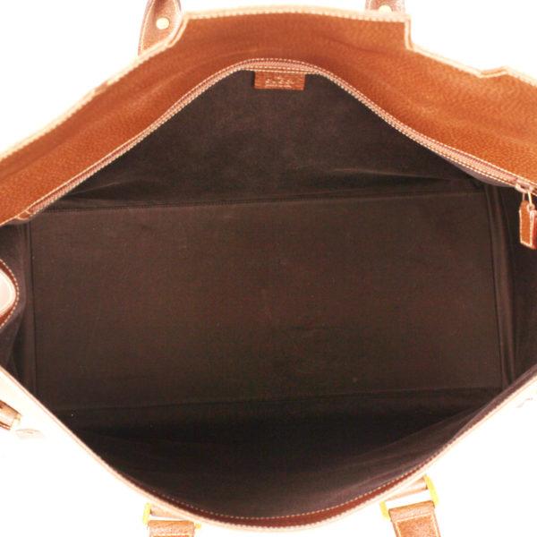 Imagen del interior de la bolsa de viaje Gucci lona GG estilo vintage y piel