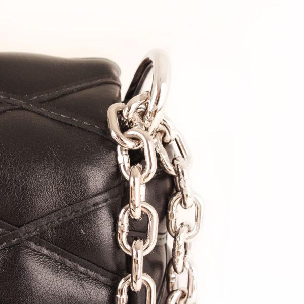 bolso-louis-vuitton-go14-piel-negro-cadena-detalle