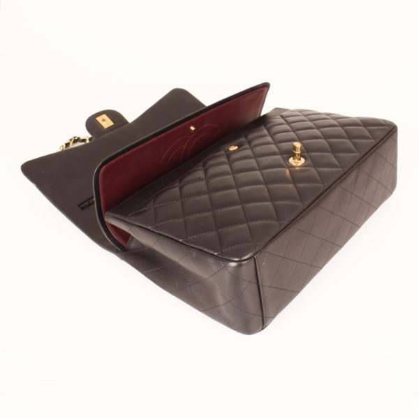 Imagen del bolso abierto de chanel double flap timeless maxi en piel de cordera negra