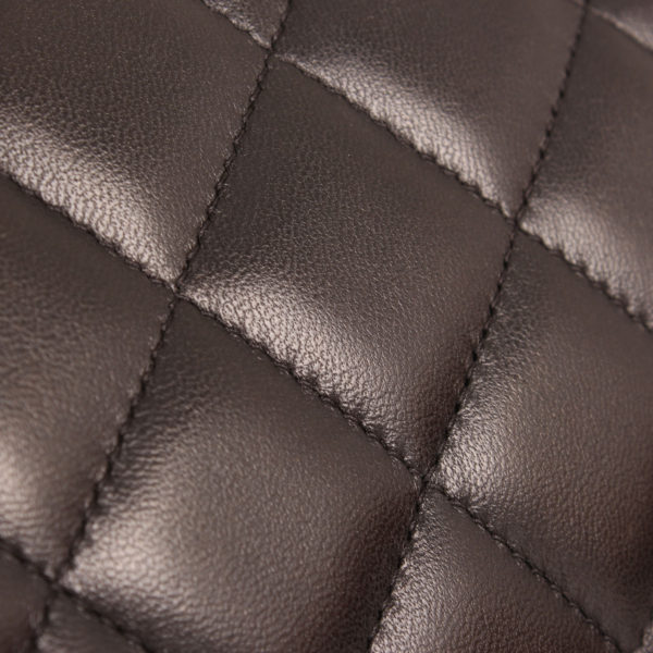 Imagen de detalle del bolso chanel double flap timeless maxi en piel de cordera negra