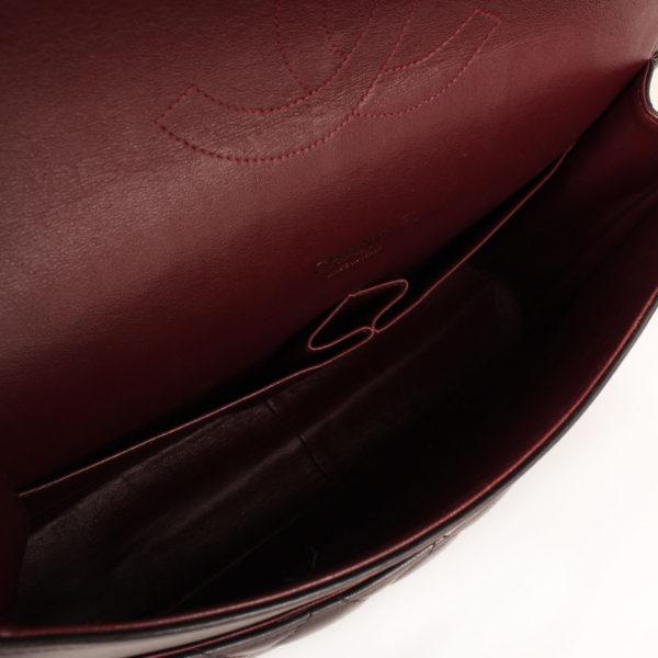 Imagen del interior del bolso de chanel double flap timeless maxi en piel de cordera negra