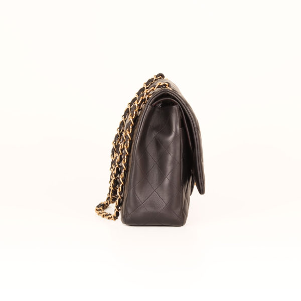 Imagen del lado del bolso chanel double flap timeless maxi en piel de cordera negra