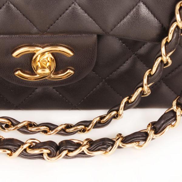 Imagen de la cadena del bolso chanel double flap timeless maxi en piel de cordera negra