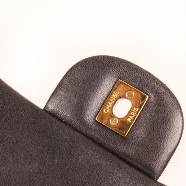 Imagen del sello del bolso chanel double flap timeless maxi en piel de cordera negra