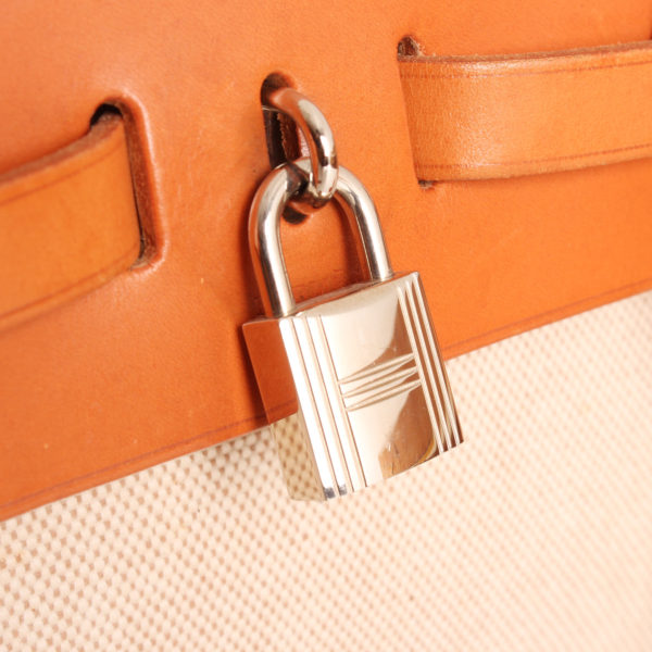 Imagen del candado del bolso hermes herbag backpack