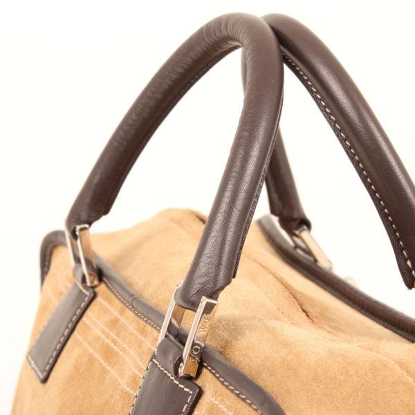 Imagen de las asas del bolso de mano loewe amazona 36 en suede beige y piel marron