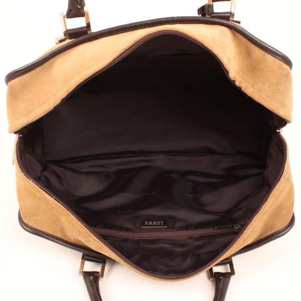 Imagen del interior del bolso de mano loewe amazona 36 en suede beige y piel marron