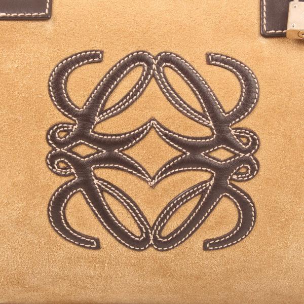 Imagen del logo del bolso de mano loewe amazona 36 en suede beige y piel marron