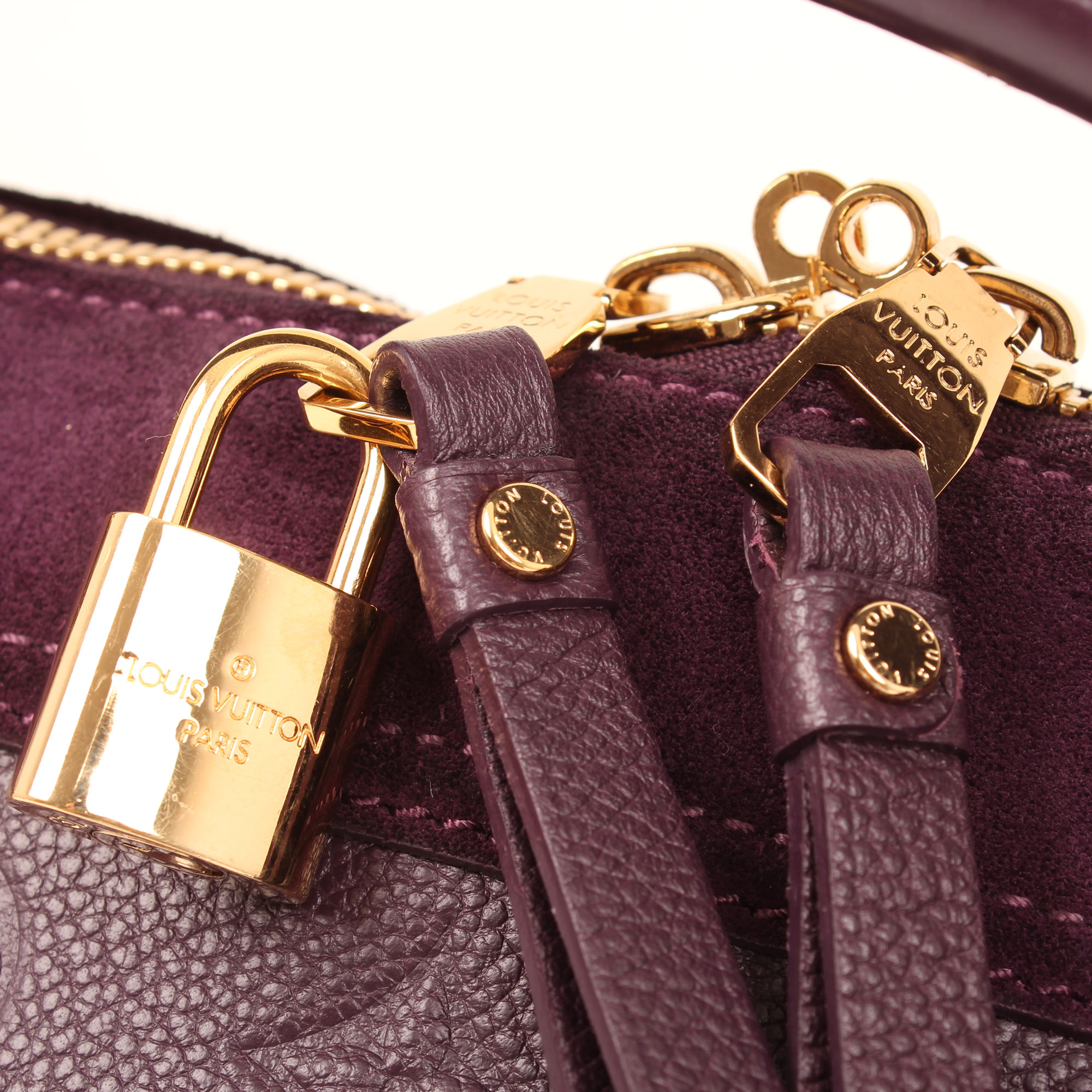 Imagen del candado del bolso louis vuitton audacieuse embossed monogram suede berenjena