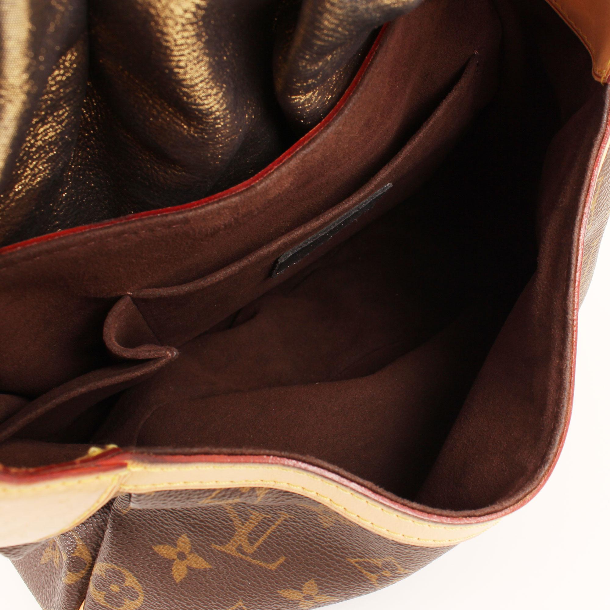 Imagen del interior del bolso louis vuitton kalahari pm