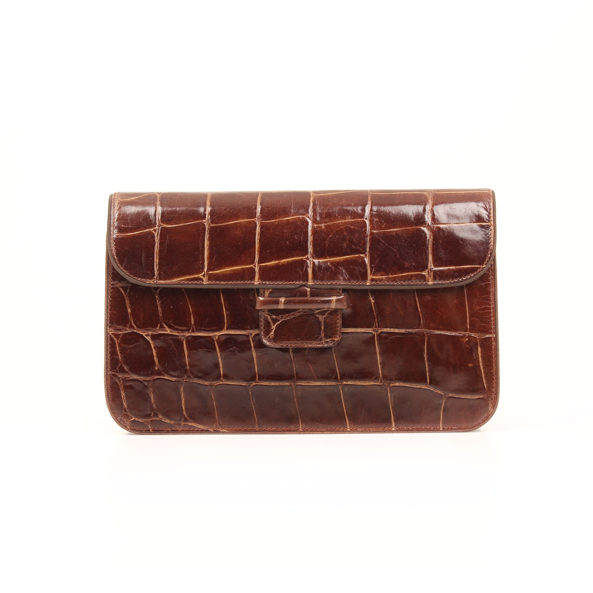 Imagen frontal del armani clutch alligator marron