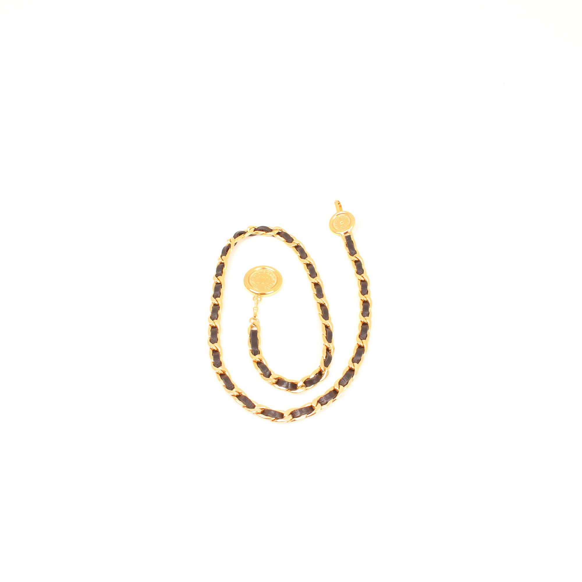 cinturon-chanel-cadena-dorada-cuero-negro-doblado