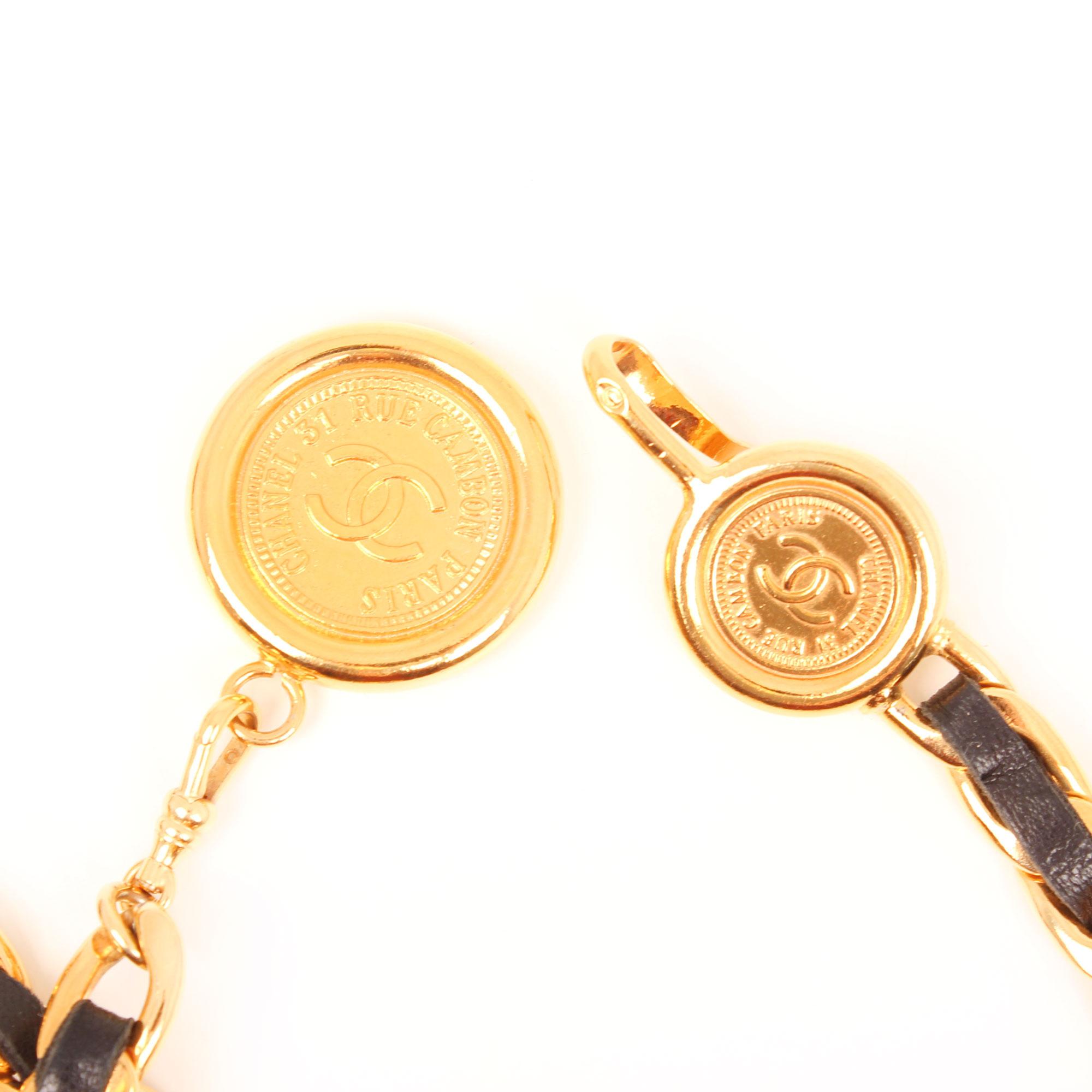 cinturon-chanel-cadena-dorada-cuero-negro-firma