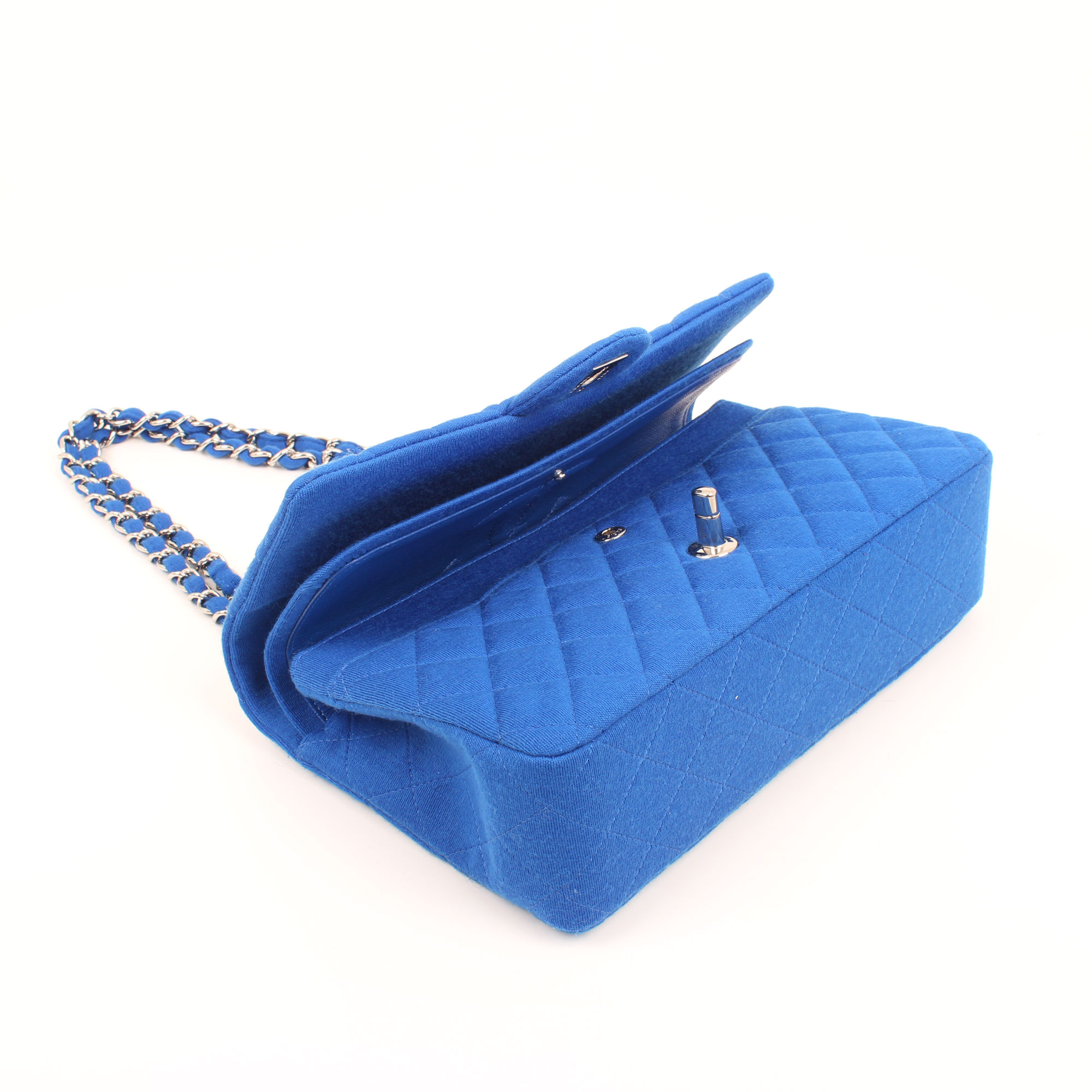 2b9811bf4381 ... quilted timeless double flap bag. Imagen de los extras del bolso chanel  classic flap jersey azul. Imagen ...