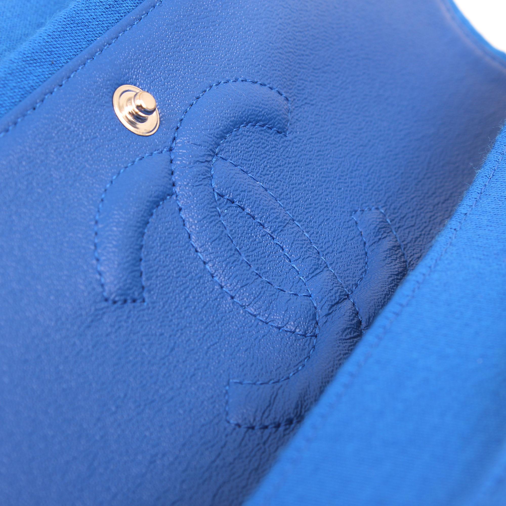 Imagen del logo del bolso chanel classic flap jersey azul