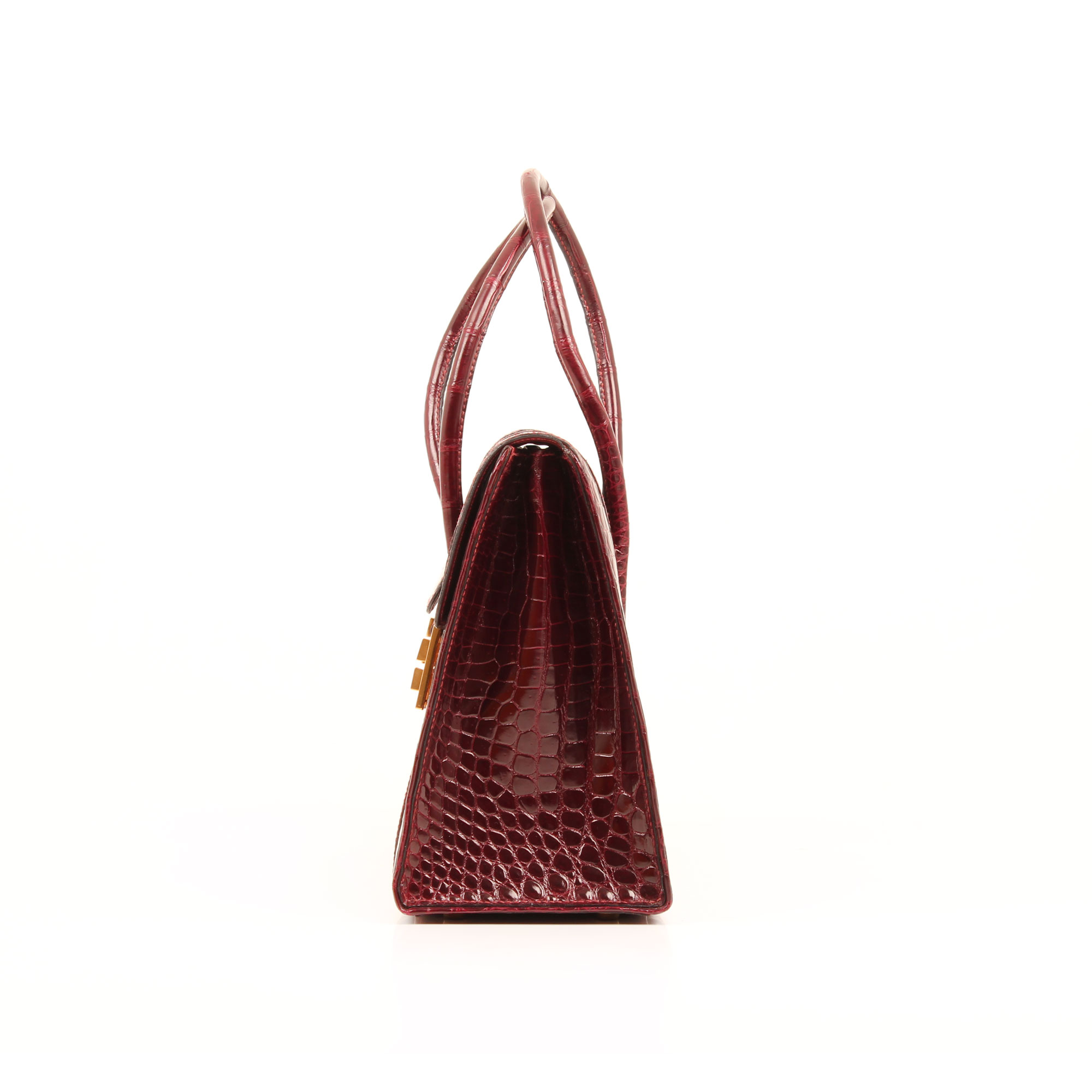 Imagen lateral del bolso hermes drag vintage cocodrilo poroso color frambuesa