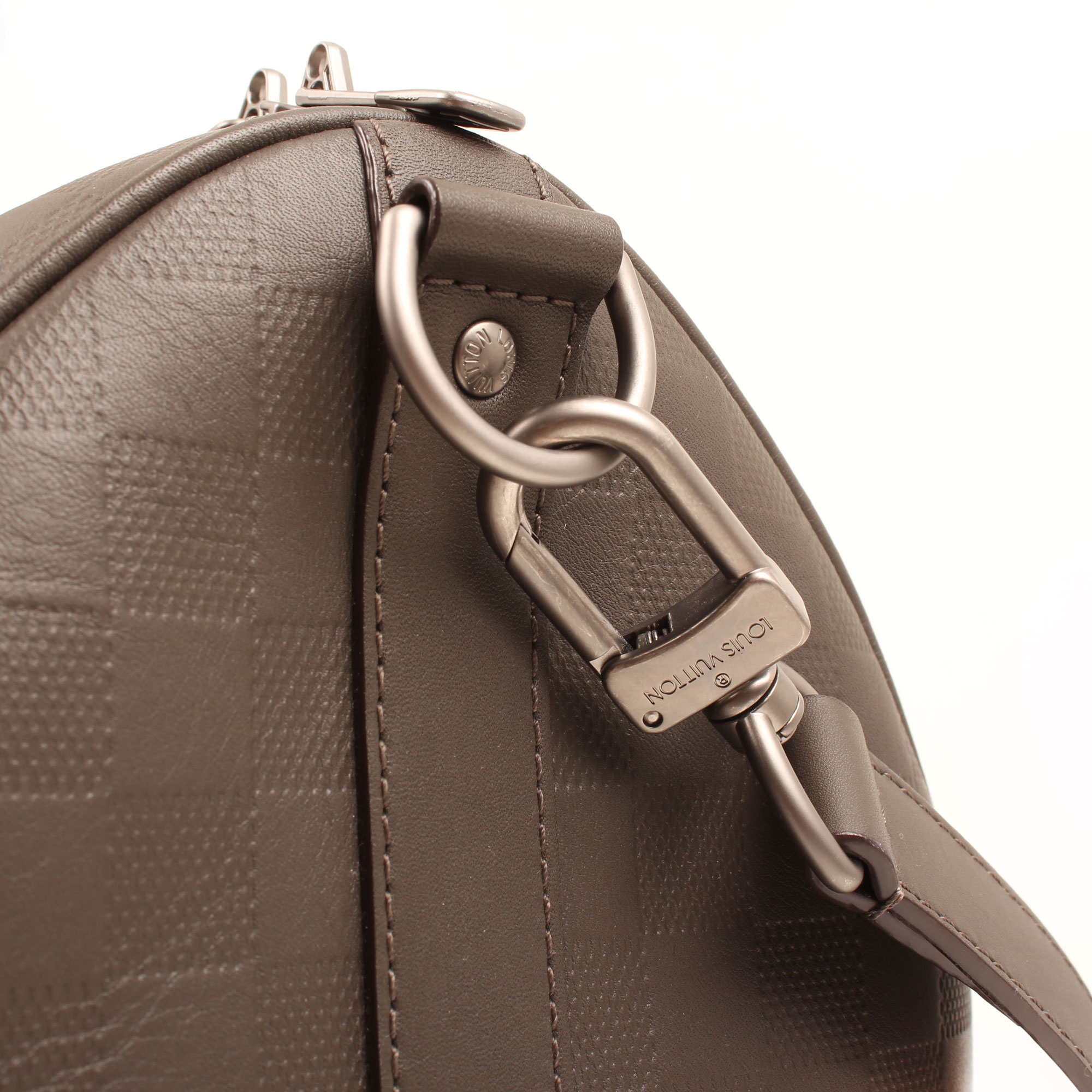 Imagen del detalle del herraje de la bolsa louis vuitton keepall 45 damier infini detalle general