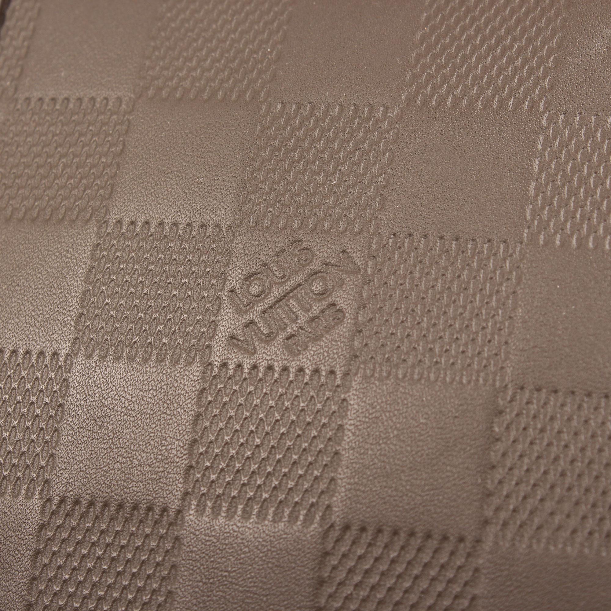 Imagen del detalle de la piel de la bolsa louis vuitton keepall 45 damier infini
