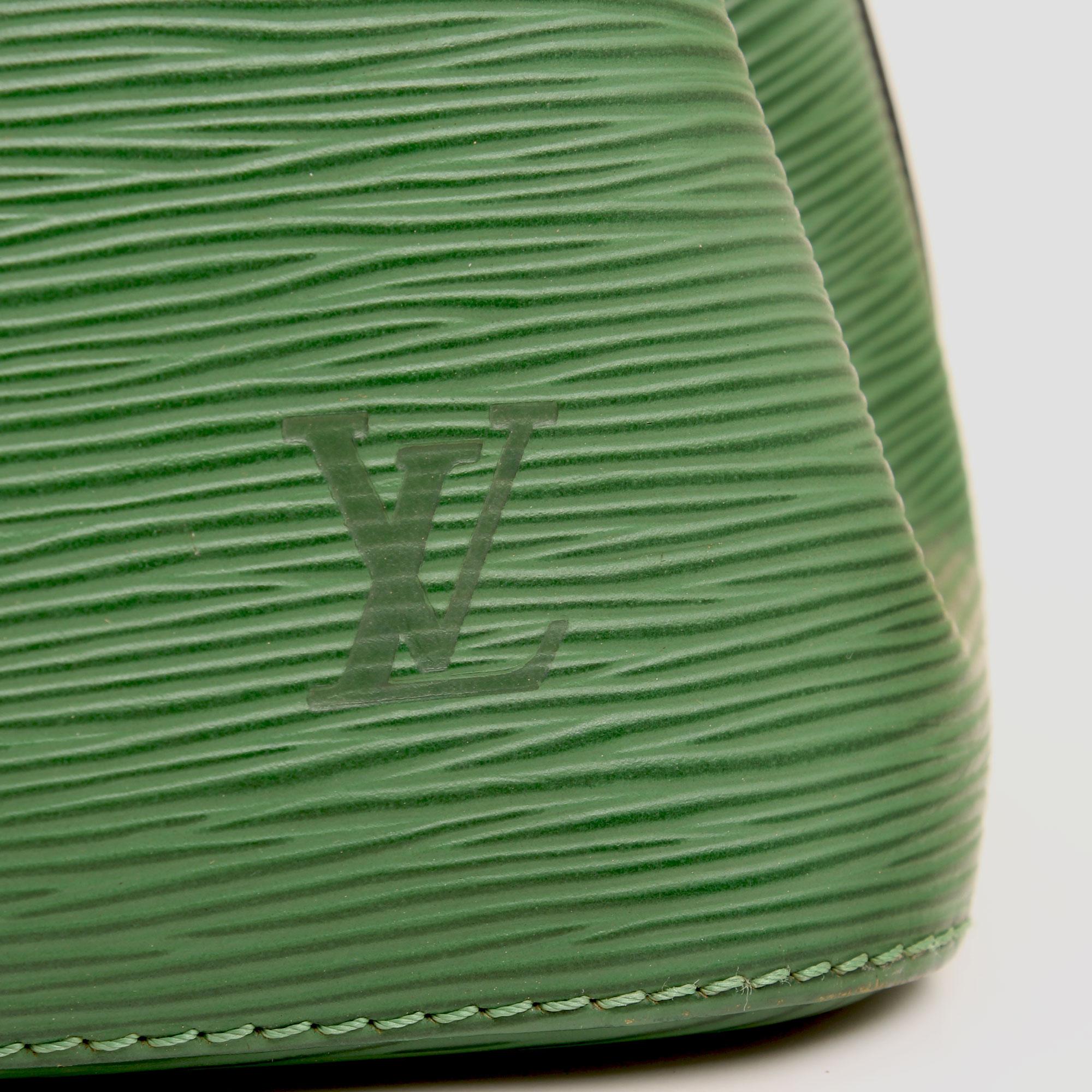 bolso al hombro louis vuitton noe verde detalle logo