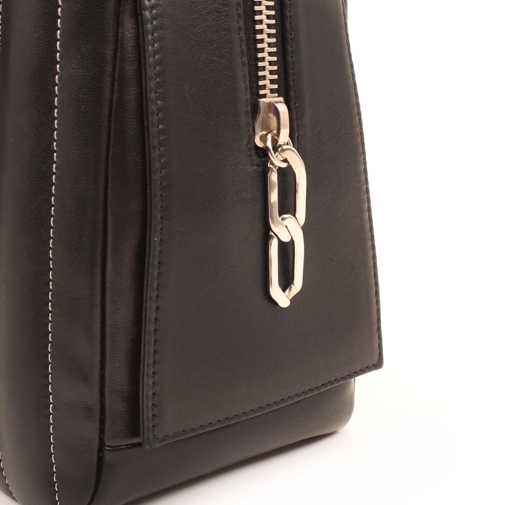 Imagen del detalle del cierre del bolso chanel dustbag camera chevron