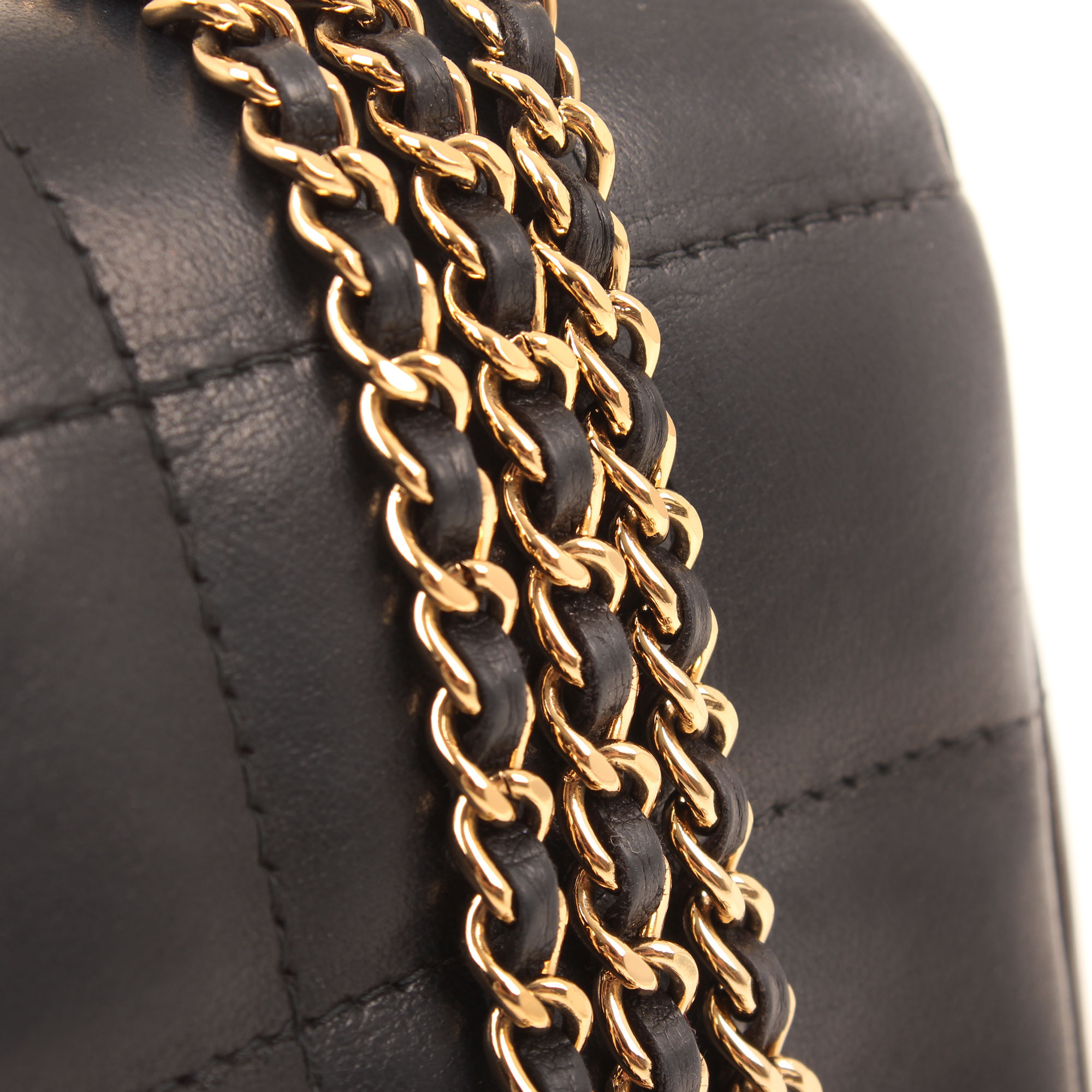 Imagen de detalle de la cadena del bolso chanel mini crossbody chocolate bar navy blue camelia