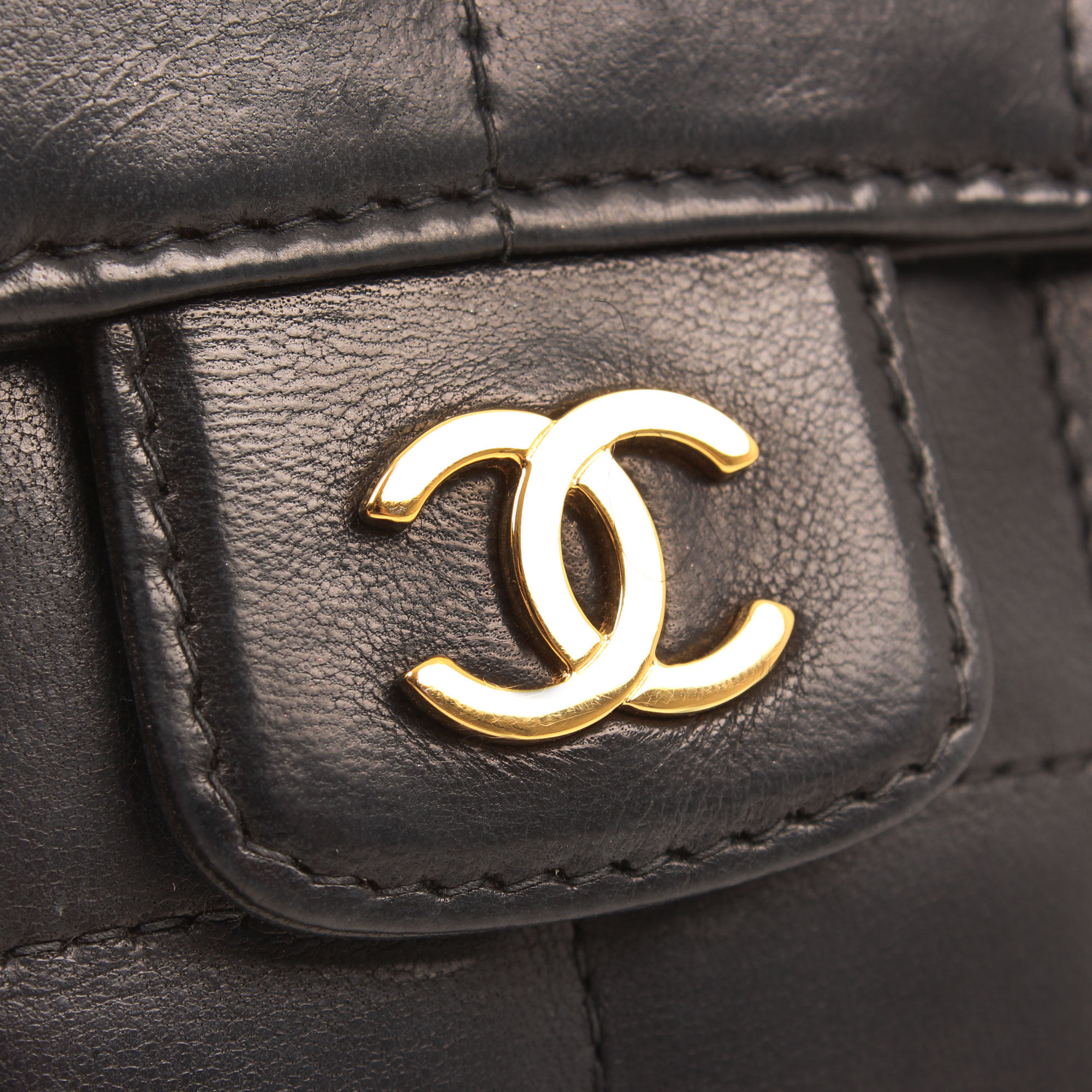 Imagen de la doble c del bolso chanel mini crossbody chocolate bar navy blue camelia cadena
