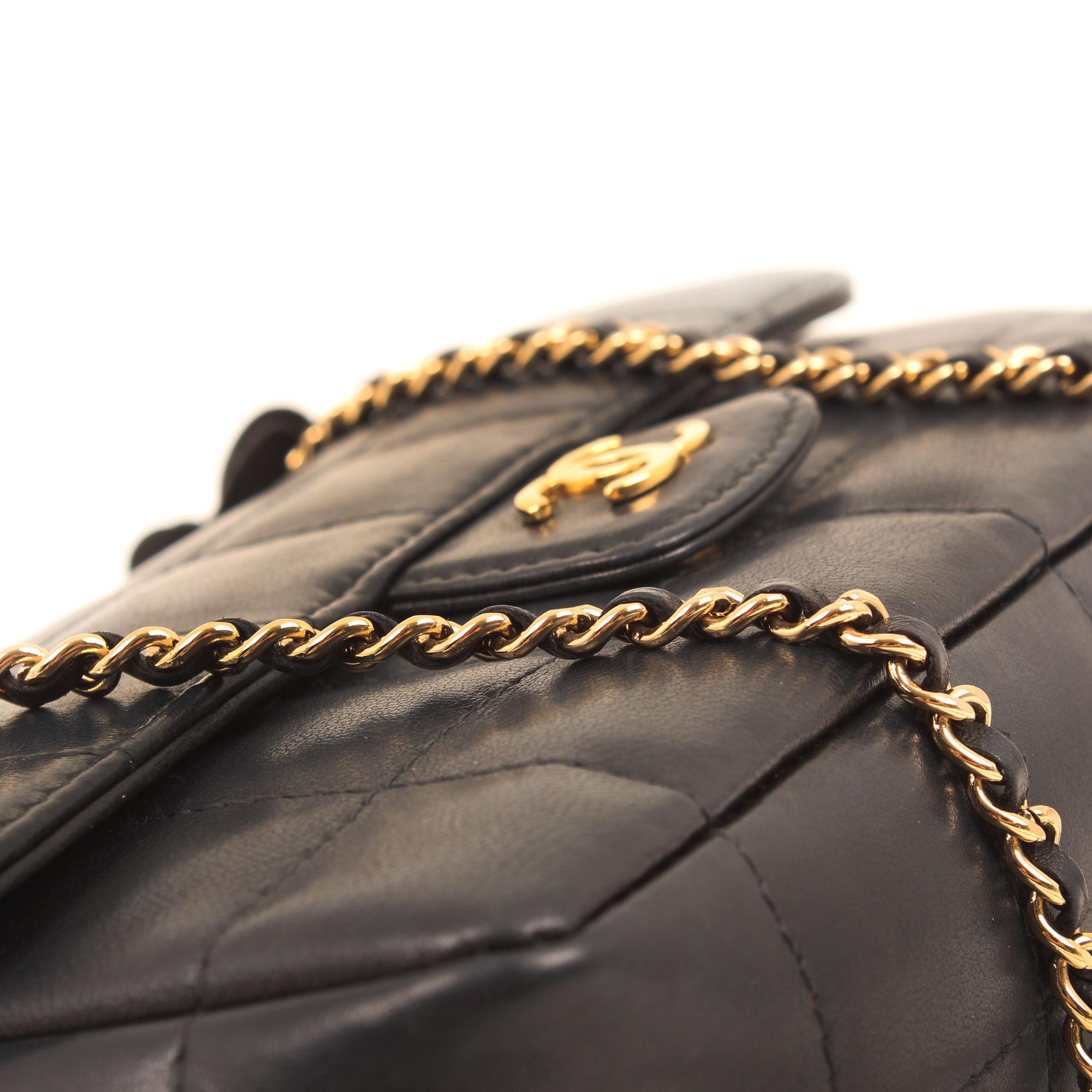 Imagen de detalle de la piel del bolso chanel mini crossbody chocolate bar navy blue camelia