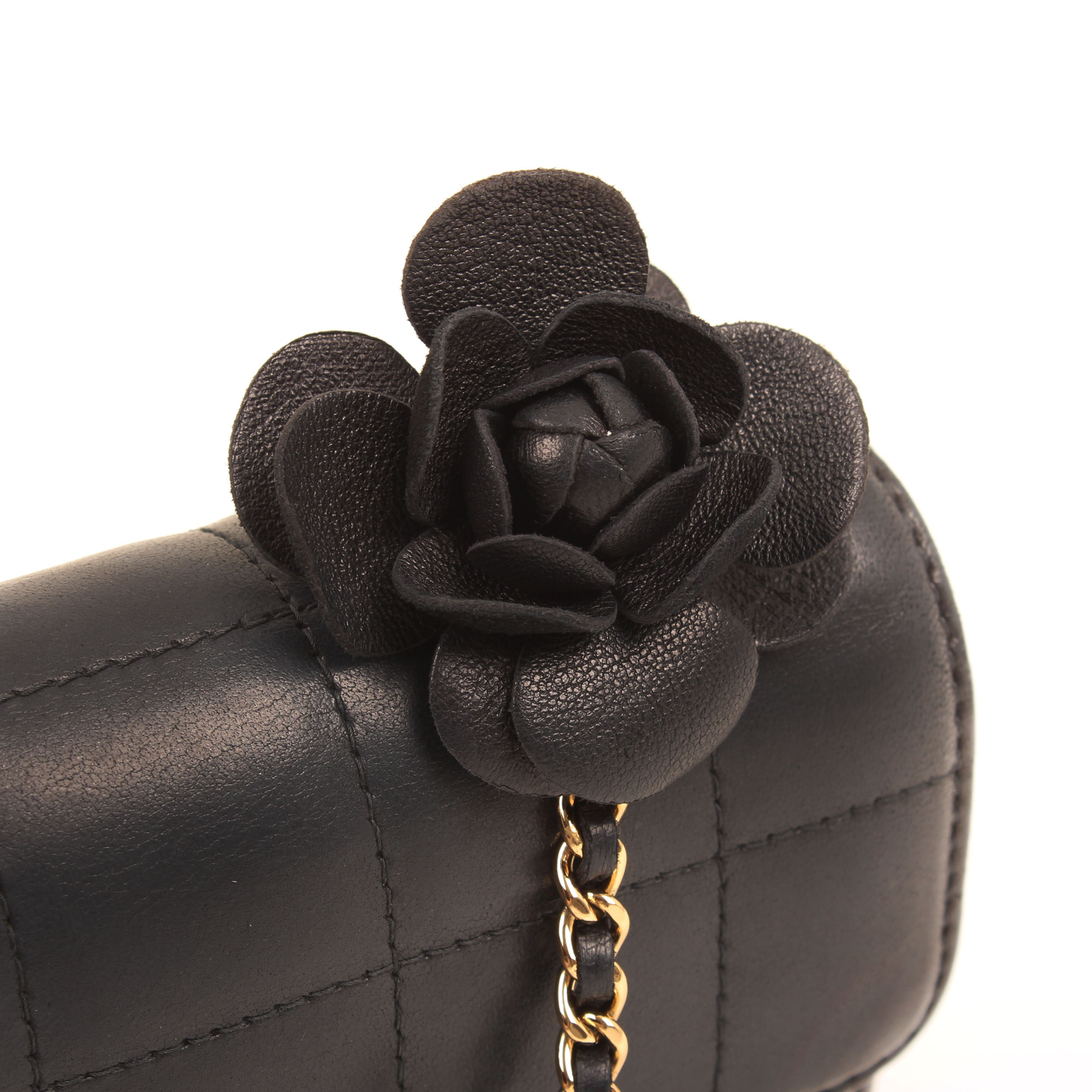 Imagen de detalle de la flor del bolso chanel mini crossbody chocolate bar navy blue camelia