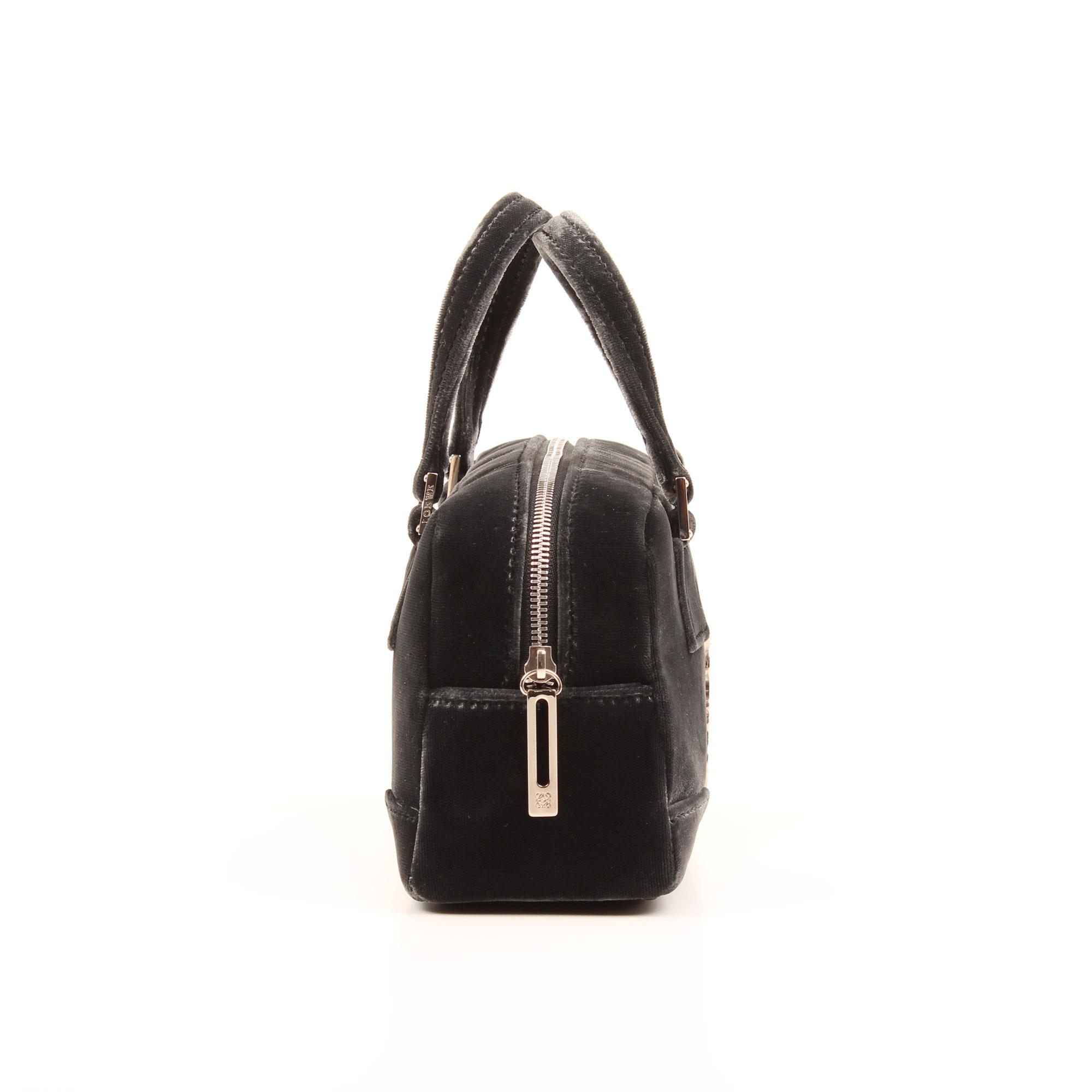 Imagen lateral del bolso de mano loewe amazona bb negro terciopelo