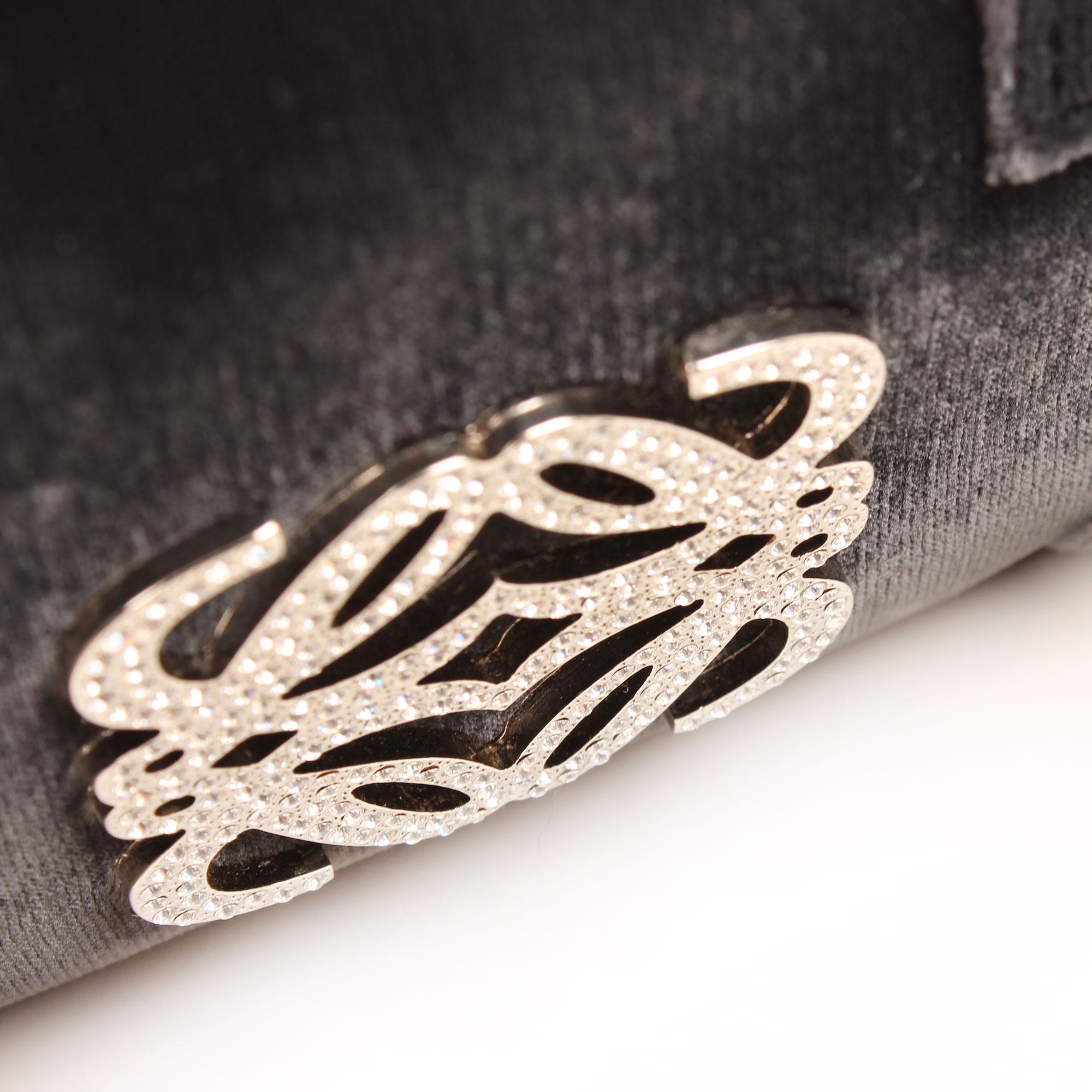 Imagen de detalles del logo del bolso loewe amazona bb negro terciopelo