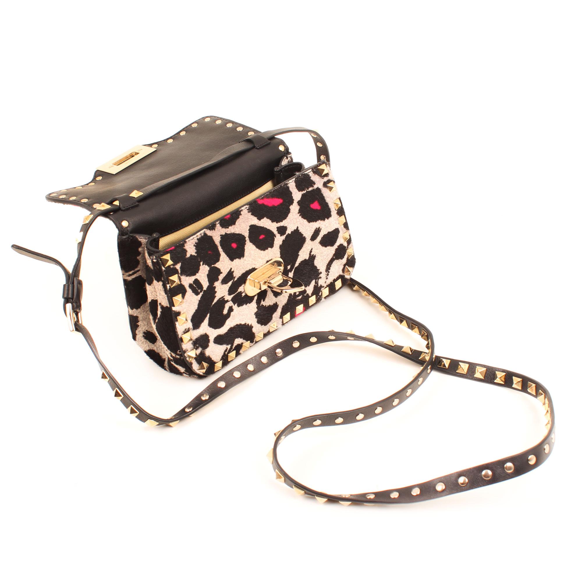 Imagen del bolso abierto del modelo bolso valentino rockstud mini cross body leopard print pink hair calf