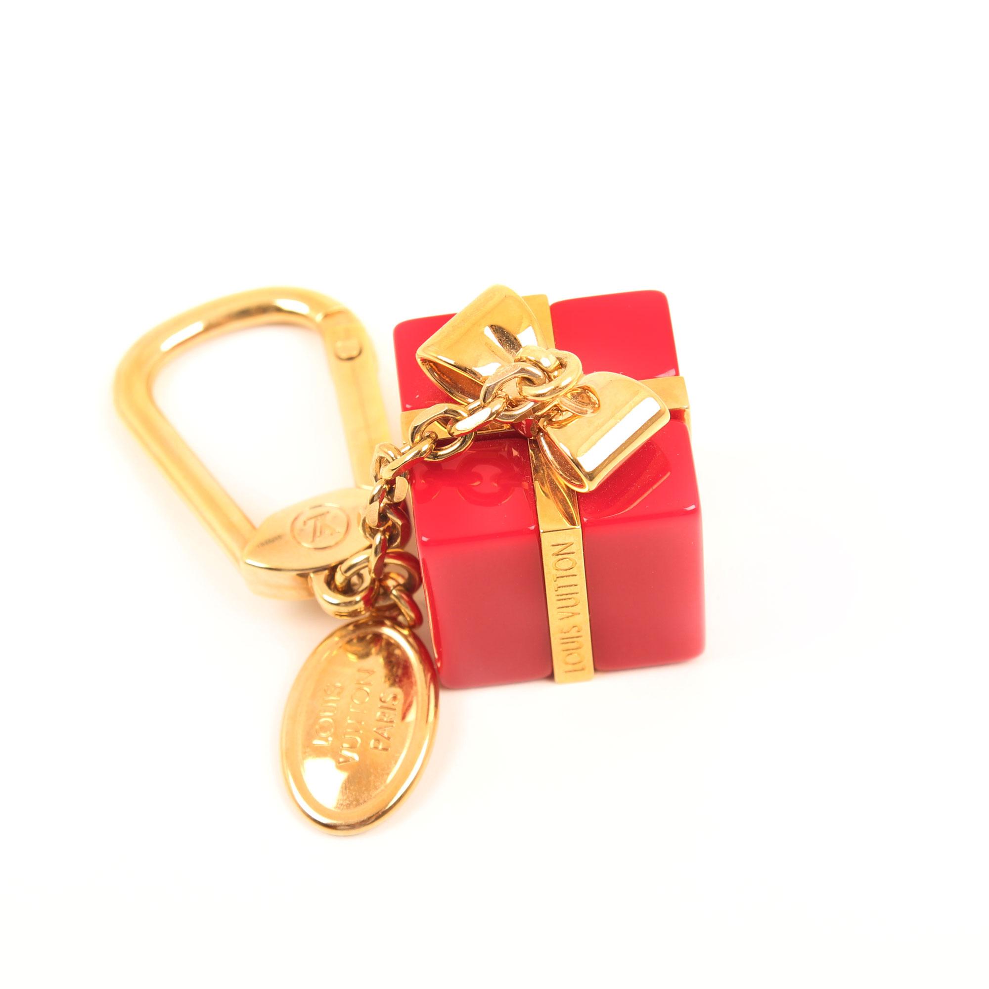 Imagen general del charm bolso louis vuitton dorado y rojo