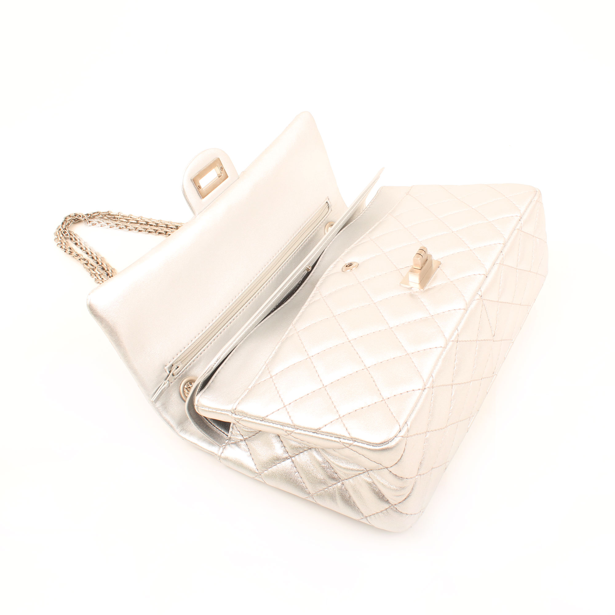 Imagen general del bolso chanel 255 reissue metallic silver