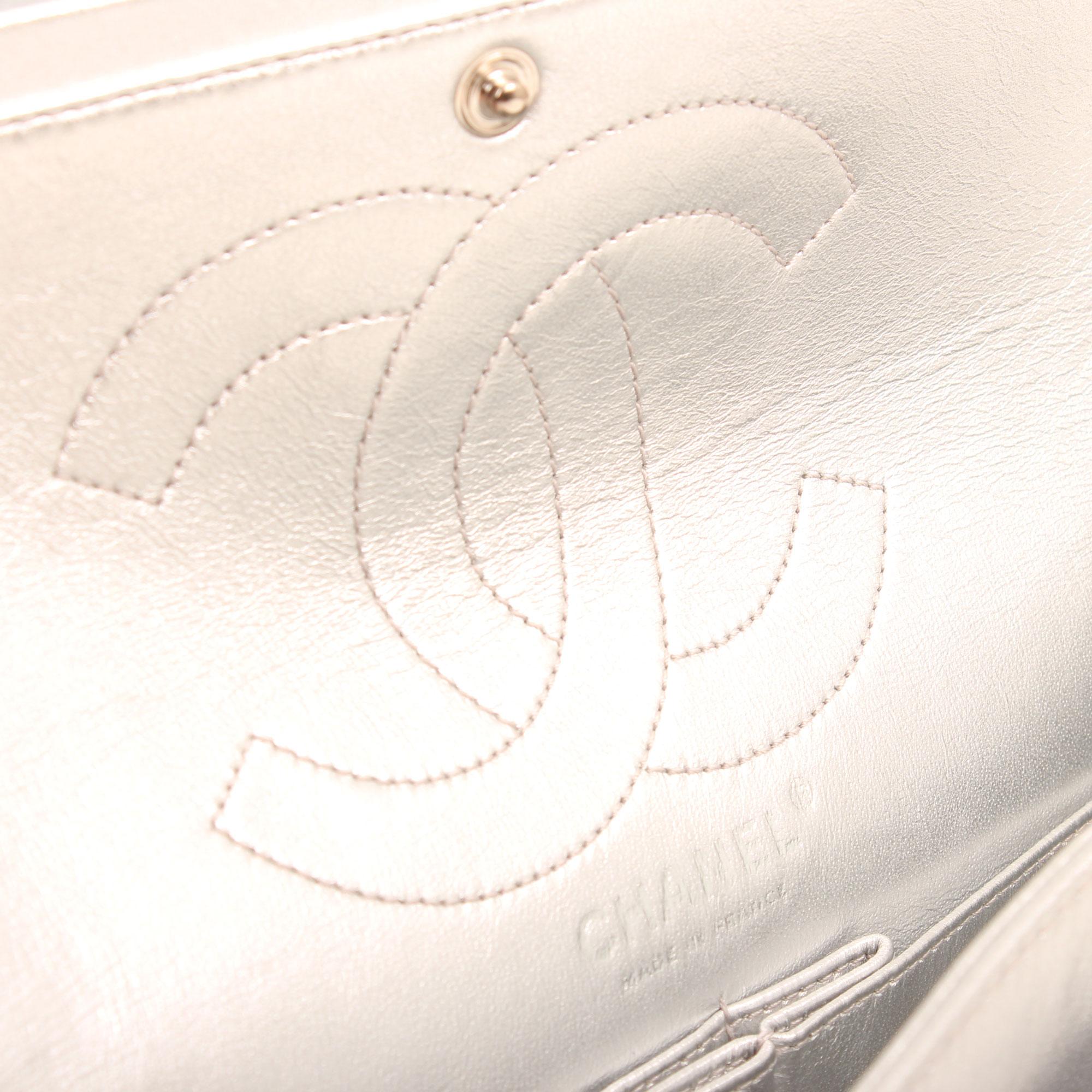 Imagen del logo interior bolso chanel 255 reissue metallic silver