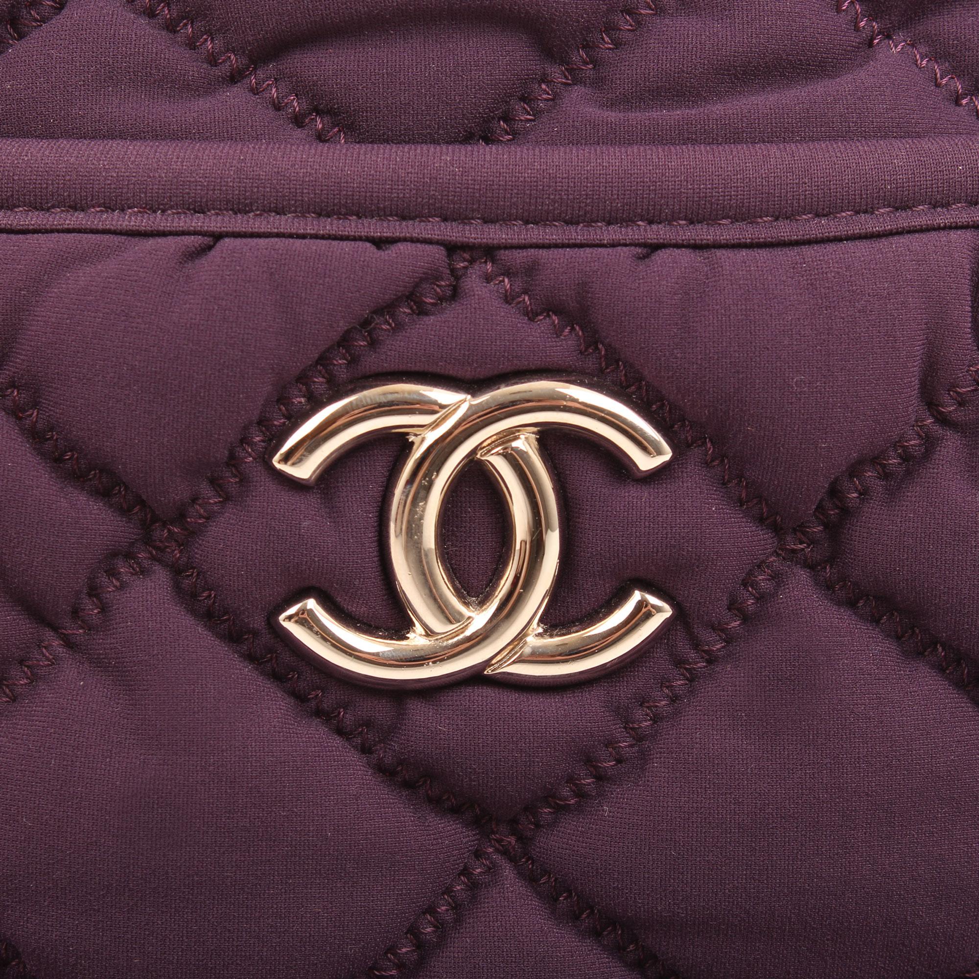 Imagen del detalle del logo del bolso chanel bubble algodon morado detalle