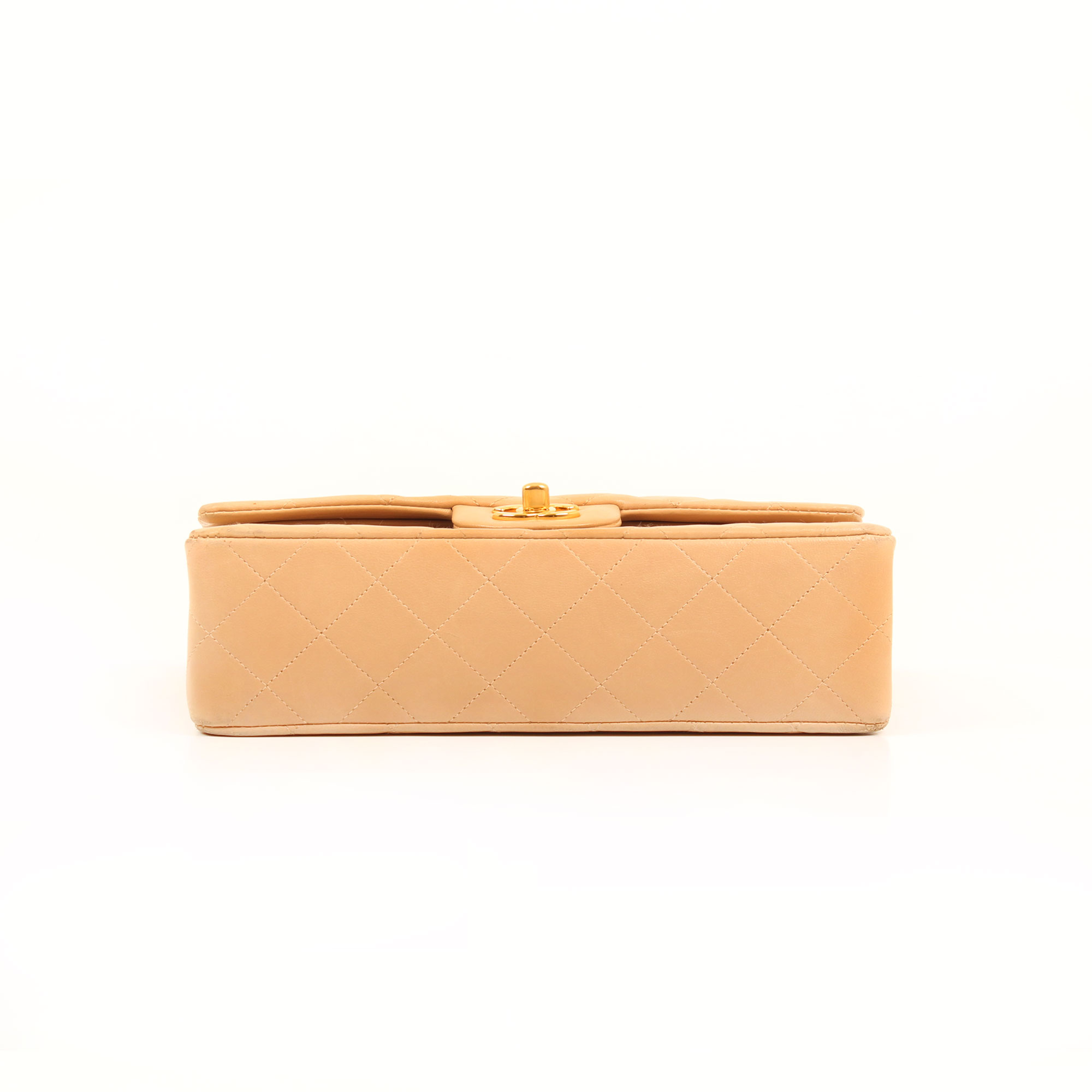Imagen de la base del bolso chanel classic double flap beige