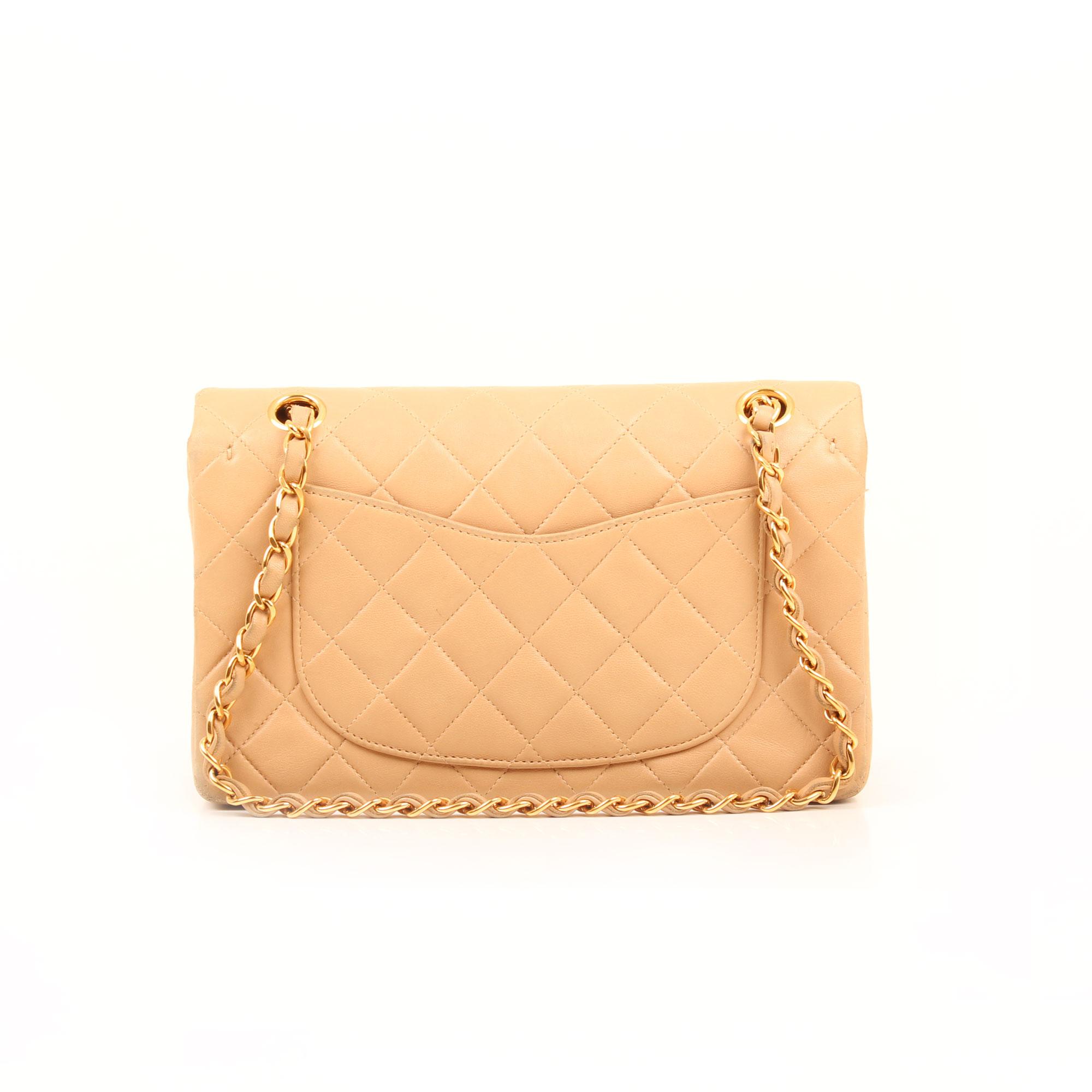 Imagen trasera del bolso chanel classic double flap beige