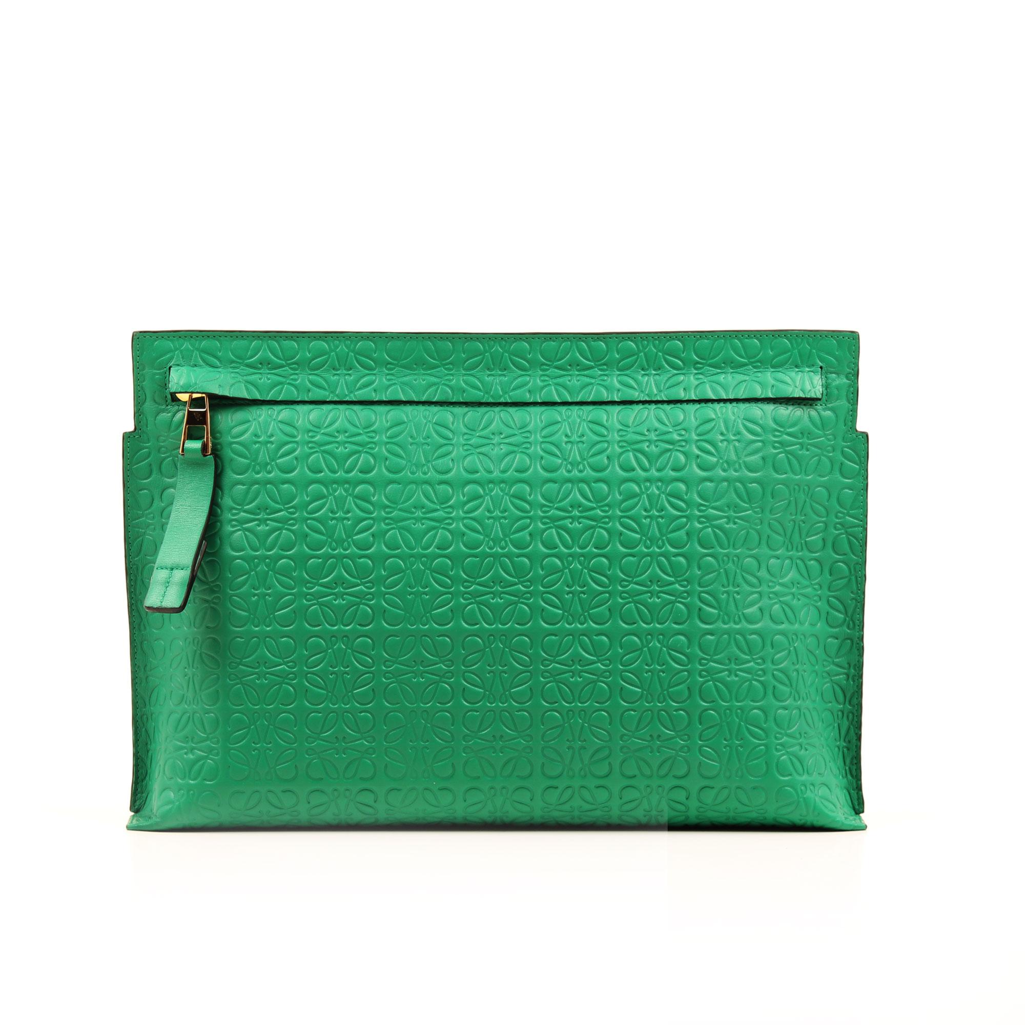 Imagen frontal del bolso clutch loewe t pouch verde embossed