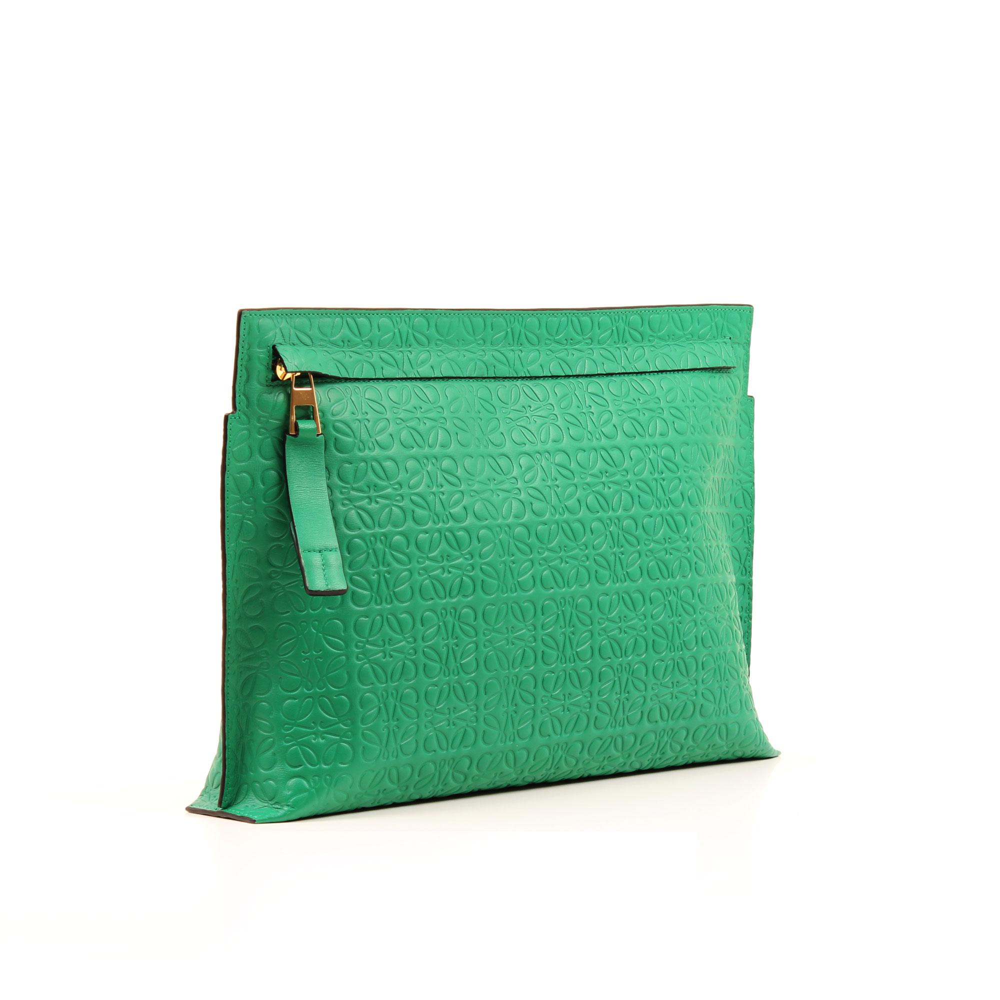 Imagen general del bolso clutch loewe t pouch verde embossed
