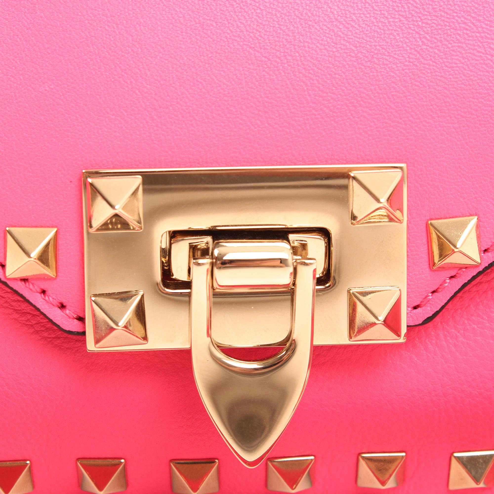 Detail clasp of valentino mini rockstud pink bag side