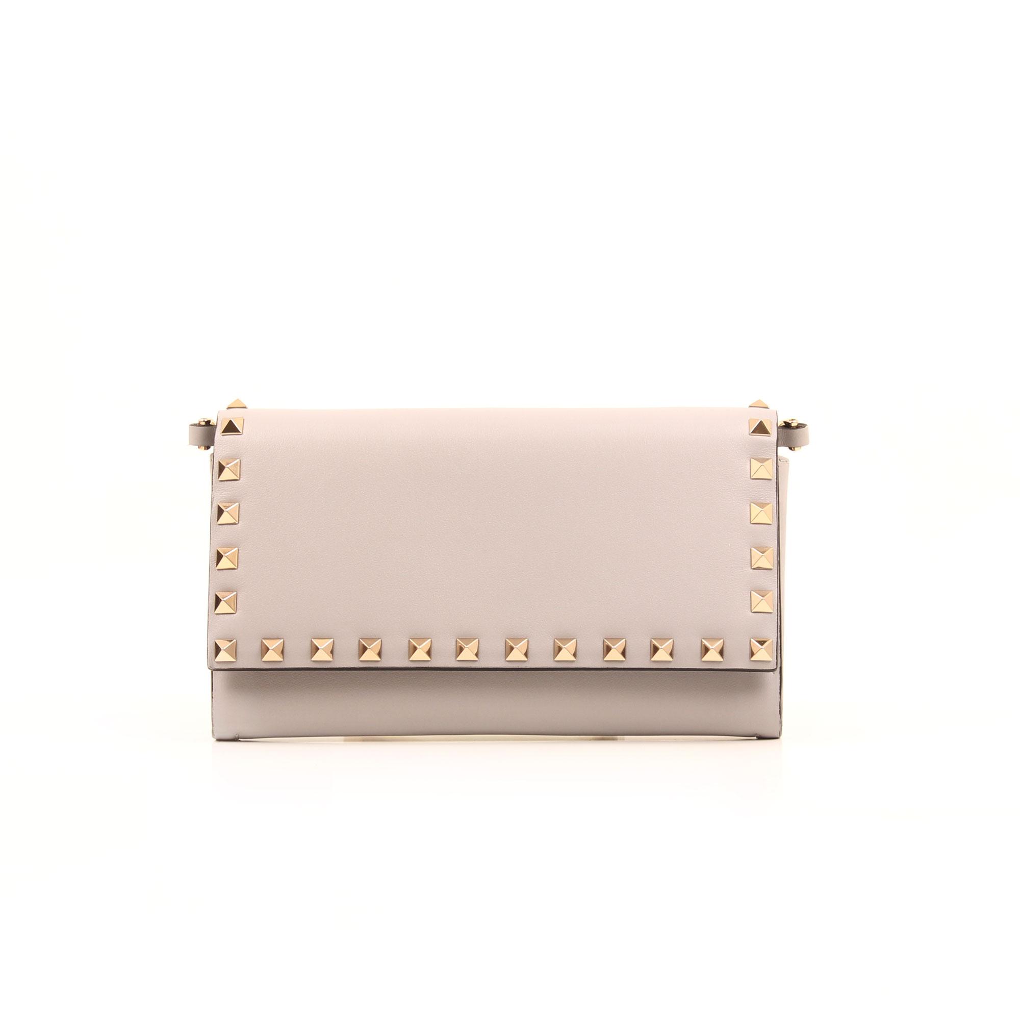 Imagen frontal del bolso valentino woc rockstud gris suave