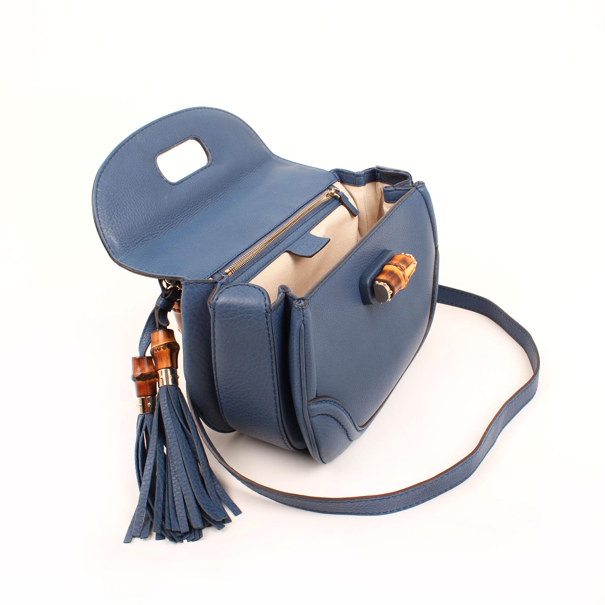 Imagen del bolso abierto del bolso gucci new bamboo mediano azul abierto